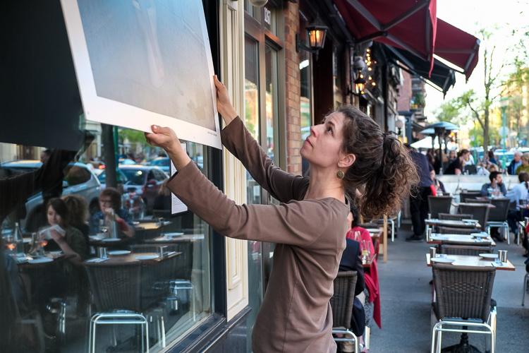 L'artiste Catherine Rondeau installe ses oeuvres, Fenêtres qui parlent, Outremont